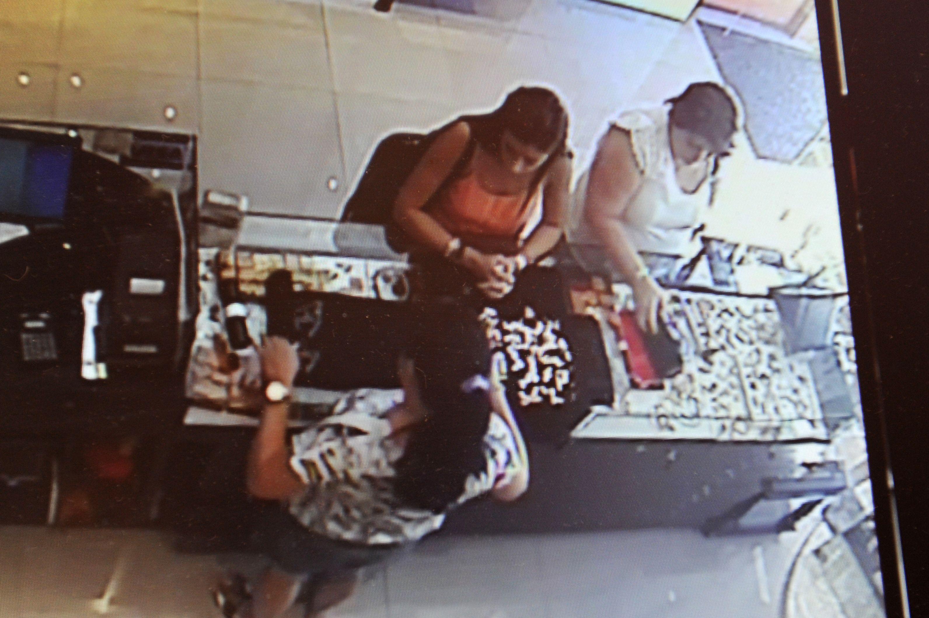 """La secuencia. Dos mujeres entretienen a la vendedora y una oculta un paño con alhajas hasta ponerlo en su cartera. Las """"clientas"""" fueron muy amables."""