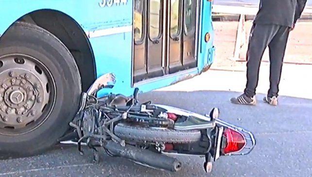 Un adolescente le robó la moto a la mamá cuando lavaba los platos y fue atropellado por un colectivo