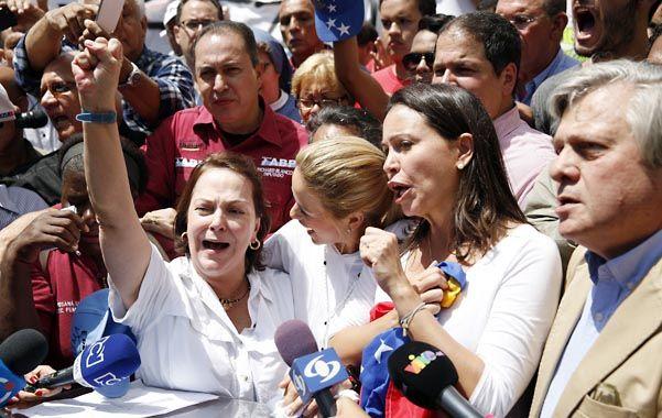 Máxima tensión. La esposa de Ledezma (izq.) pidió su liberación junto a Lilian Tintori y Corina Machado.