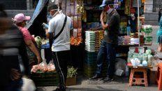 La venta callejera de alimentos se ha vuelto generalizada en Venezuela ante la escasez e hiperinflación.