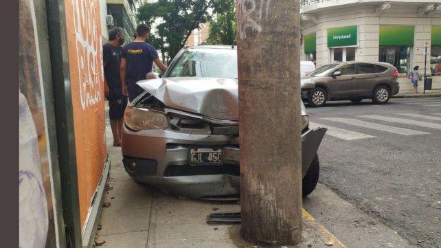 El Fiat Palio Weekend quedó incrustado contra una columna de alumbrado sobre calle San Juan.