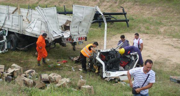 Un muerto y dos heridos al chocar tres camiones en la autopista Rosario-Córdoba