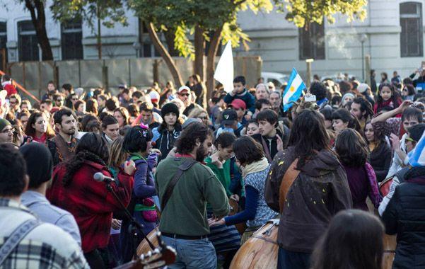 Abrazos simbólicos. Miles de personas protestaron en el parque Alberdi cuando se comenzaron a sacar algunos de los 137 árboles que hay en el lugar.