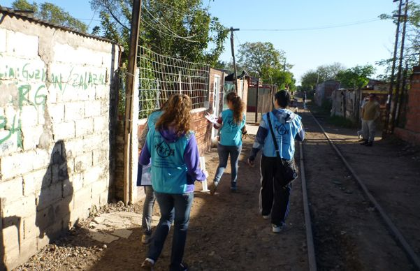 En acción. Los alumnos en el laboratorio de campaña que cada año instalan en el corazón de Villa Banana.