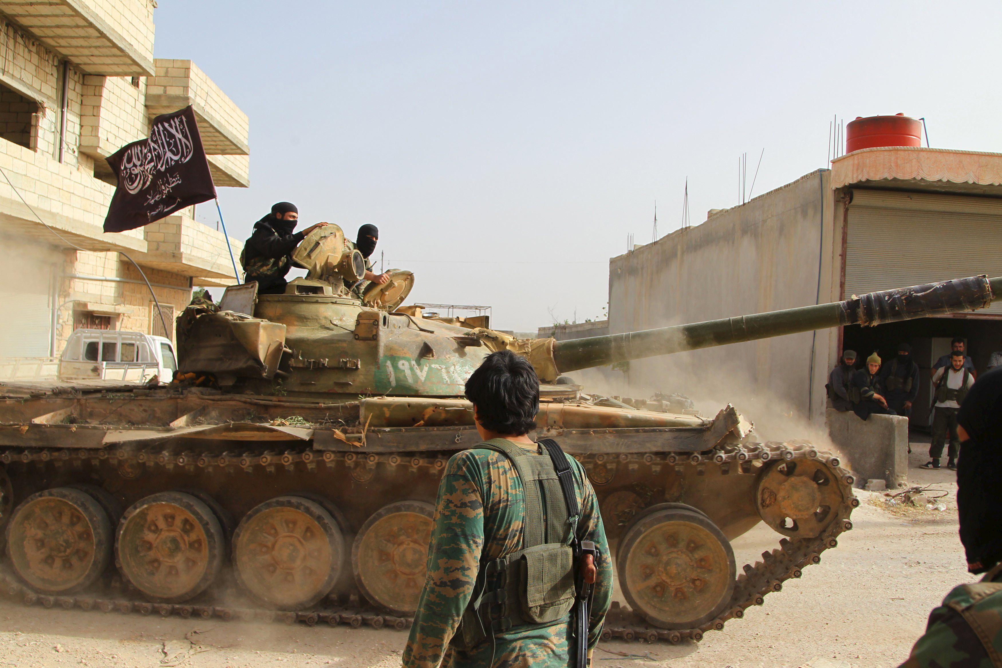 Un tanque ruso capturado y utilizado por el rebelde Frente Al Nusra