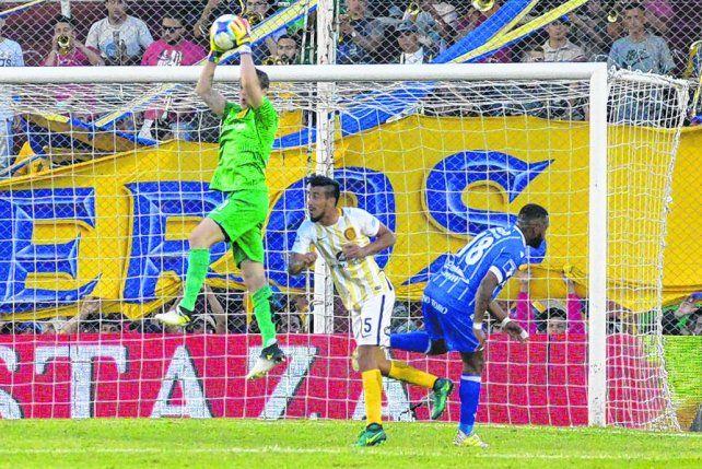 Arriba el arquero. Diego Rodríguez venía siendo discutido y ante Godoy Cruz se recuperó con atajadas en momentos decisivos.