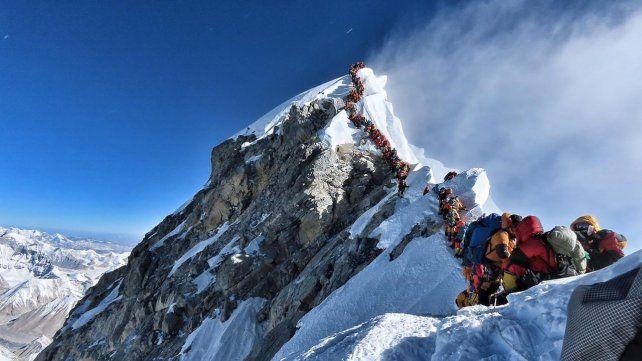 Aberrante. Cientos de montañistas hacen fila para subir al Everest. No se puede hacer fila con 30º bajo cero