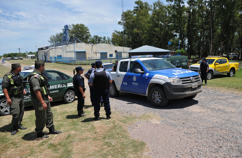 Efectivos de Gendarmería y de la Policía provincial el sábado en Cayastá. Martín Lanatta ya estaba detenido. Faltaban sus cómplices