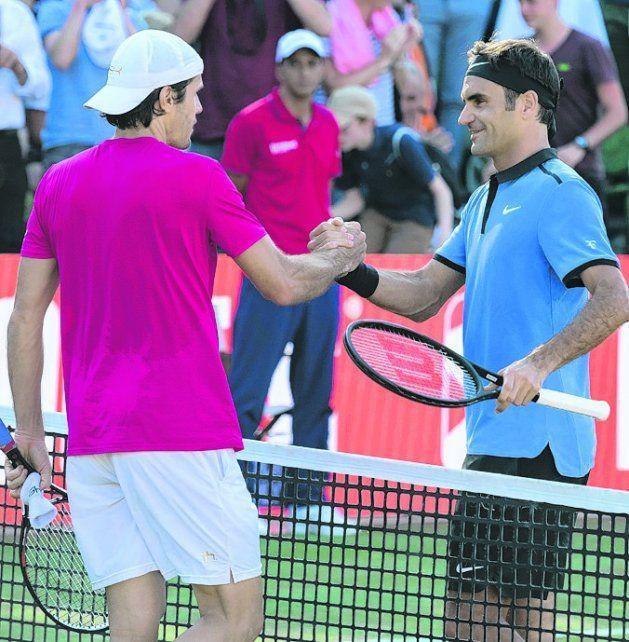Despedida. Tommy Haas saluda a Roger Federer tras vencerlo en Stuttgart.