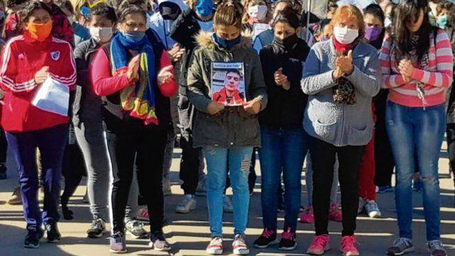 reclamo. Vecinos y amigos del muchacho asesinado marcharon ayer.