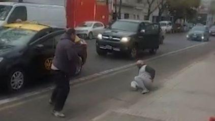 Video: un taxista se enojó con un colega por una mala maniobra y lo molió a palazos