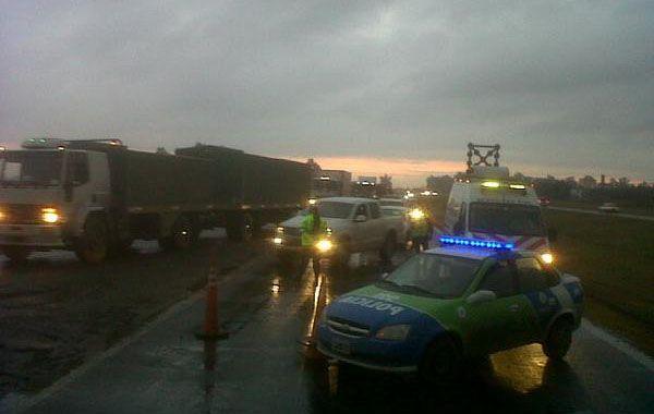 La policía ordenó el tránsito en avenida de Circunvalación. (foto de twitter @Canal5deRosario)