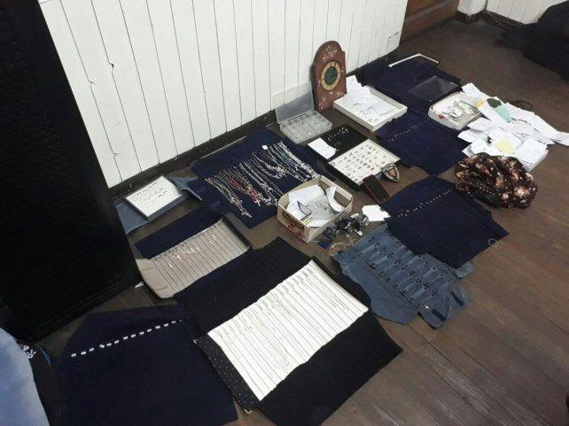 Los artículos que fueron robados esta mañana en la joyería.
