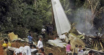 Se estrelló un avión al sur de la India y hay 158 muertos y 8 sobrevivientes