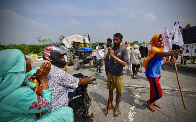 Miles de agricultores indios bloquearon el tráfico el lunes en las principales carreteras y vías férreas fuera de la capital de la nación, pidiendo al gobierno que derogue las leyes agrícolas que, según ellos, destruirán sus medios de vida. Los agricultores convocaron a una huelga nacional.