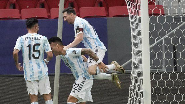 Lio festeja con Lautaro Martínez la apertura del marcador. Foto AP Andre Penner.