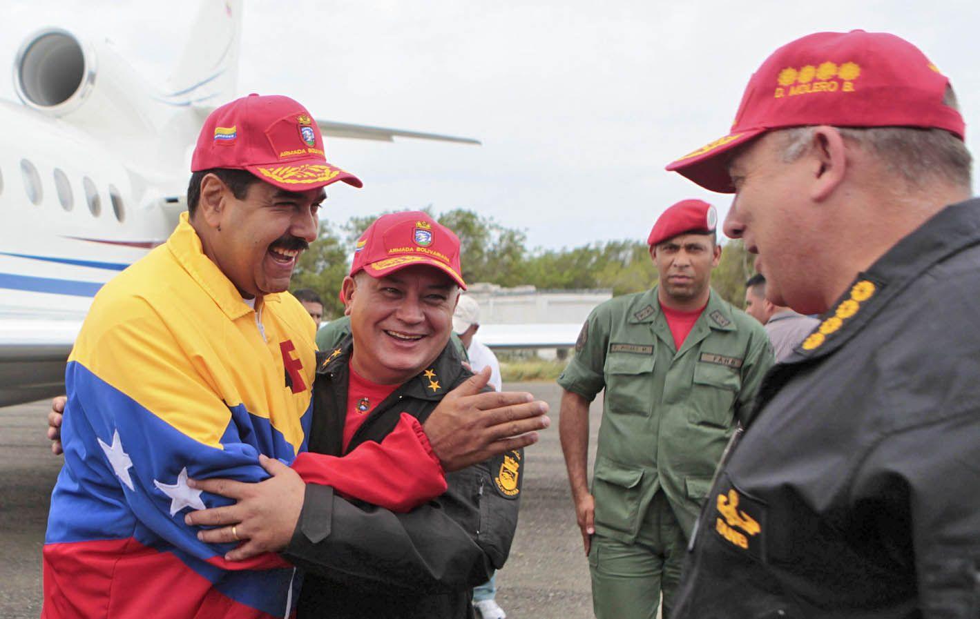 Enemigos. El presidente Maduro se abraza con Diosdado Cabello.