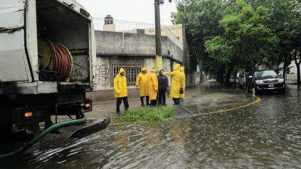 Temporal en Rosario: 50 milímetros de lluvia en una hora, calles anegadas y árboles caídos