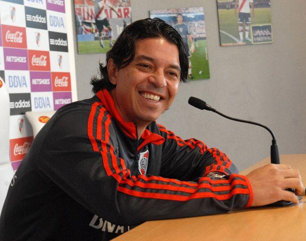 El muñeco se pone el buzo de DT que dejó Ramón Díaz.