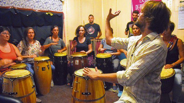 El director Rolo Verón comenzó hace tres años con los talleres de percusión y luego con otros de lectura musical. También incorporó cajón peruano.
