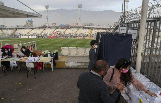 La votación en el estadio Monumental de Santiago.