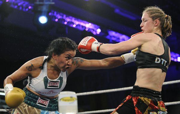 Erica Farías intenta conectar un golpe ante la belga Persoons