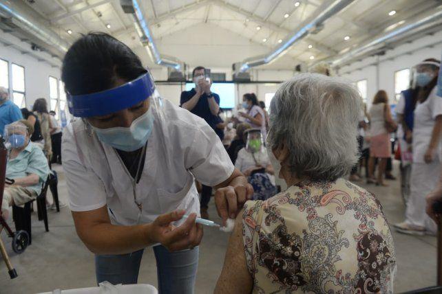 EN LA RURAL. Una adulta mayor recibe su dosis de vacuna contra el coronavirus.