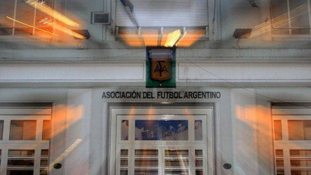 ¿Qué pasará? Las puertas de calle Viamonte permanecen cerradas y mañana se espera una reunión virtual entre los dirigentes de los clubes de primera.
