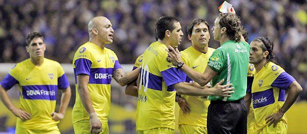 Los jugadores le reprochan al árbitro la expulsión de Clemente Rodríguez.