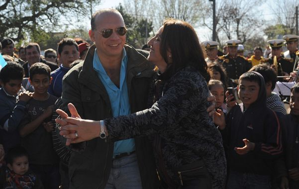 Buena onda. Sergio Berni y Mónica Fein bailan en los festejos por el 25 de Mayo. (Foto: V. benedetto)