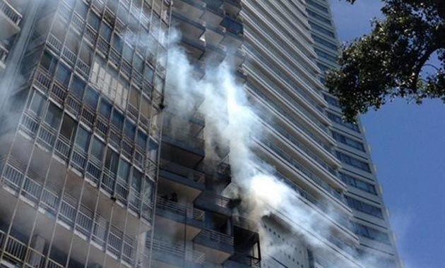 El sexto piso del edifico de Avenida Libertad ardió este mediodía por la explosión de un televisor. (Foto Twitter @tinchoxx)