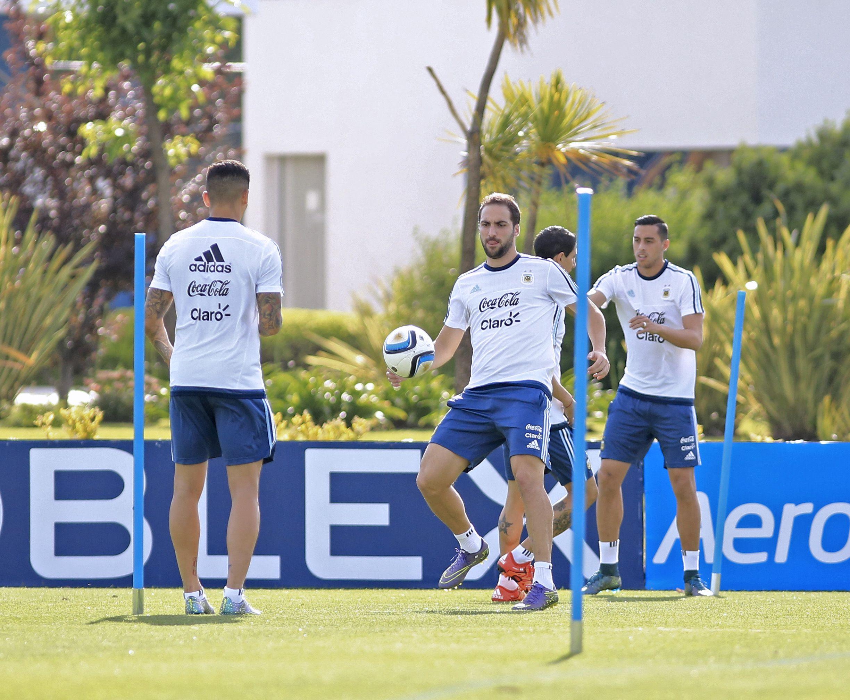 Práctica. Gonzalo Higuaín ensaya con el balón. Funes Mori