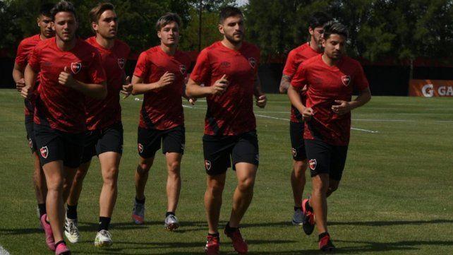 Julián Fernández encabeza la marcha de los jugadores de Newells. Kudelka ya va perfilando el once para el arranque. El viernes