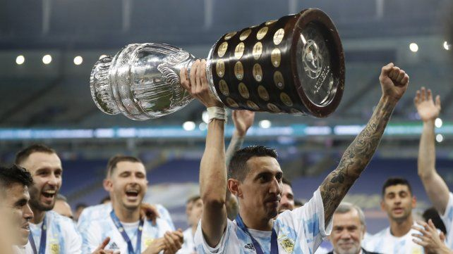 Di María levanta la Copa América. Fideo jugó un gran partido y marcó el tanto de la victoria.