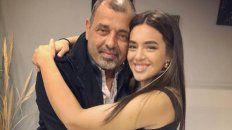 Angela Leiva y su papá Eduardo, poco después de conocer la noticia de que había superado el cáncer.