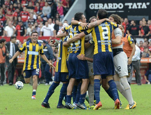 El árbitro marcó el final y los jugadores de Central se funden en un abrazo para festejar. (Producción fotográfica: Marcelo Bustamente