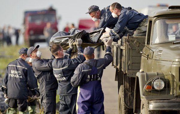 Precariedad. Así retiraban ayer los rebeldes algunos de los cadáveres de la zona del desastre.