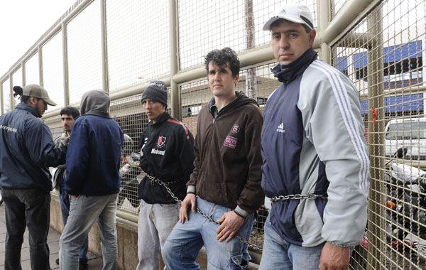 Trabajadores se encadenaron en la valla del JBS Swift.