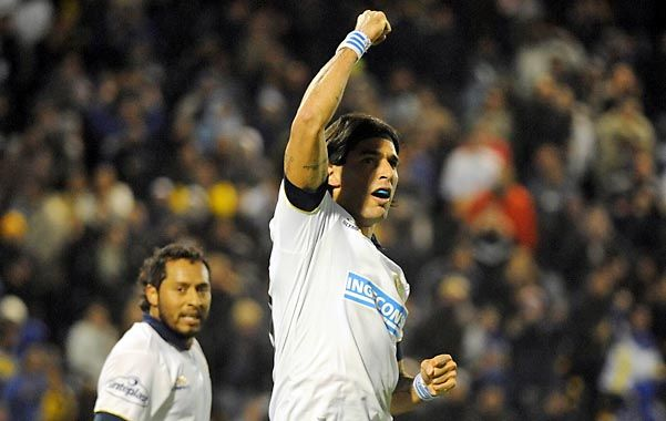 Primer grito. Sebastián Abreu facturó de penal y debutó en la red con la camiseta de Central. (Foto: A. Celoria)