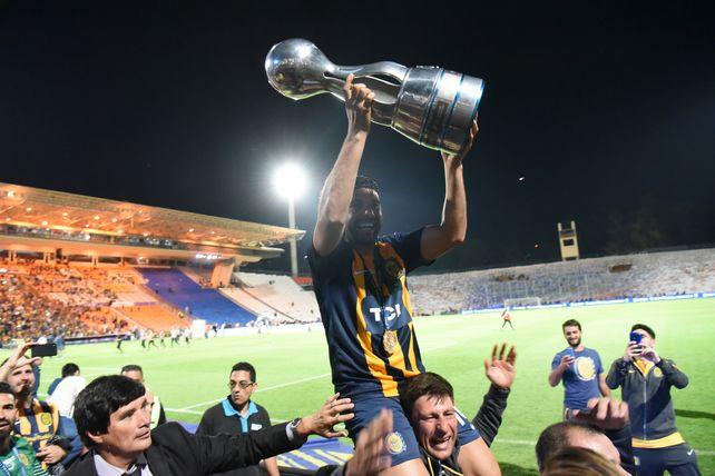 Central de felicidad. Néstor Ortigoza exhibe la Copa Argentina lograda en Mendoza 2018.