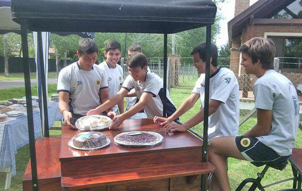 Gesto solidario. Los amigos de Maxi reparten tortas por el barrio para juntar fondos.