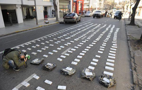 En panes. En un Honda Accord se encontraron unos 275 panes de marihuana que pesaron un total de 263 kilos. Los ocupantes de este auto lograron escapar. (foto: Héctor Rio)