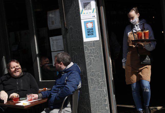 Londinenses gozan del sol de junio en un bar del Soho.