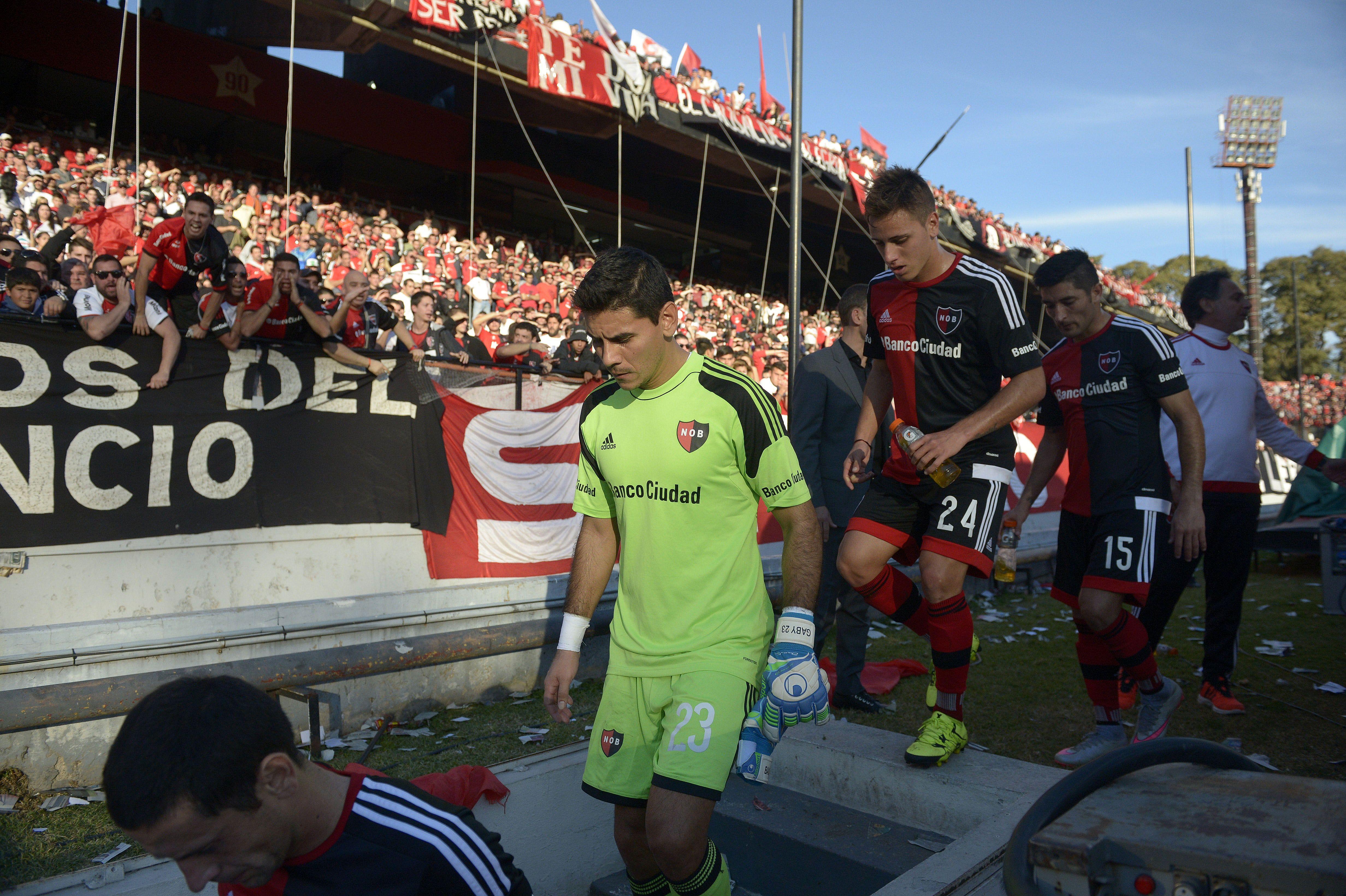 Se va. Ustari se retira del Coloso en un partido en el que jugó como titular. Luego perdió terreno. (Héctor Rio / La Capital)