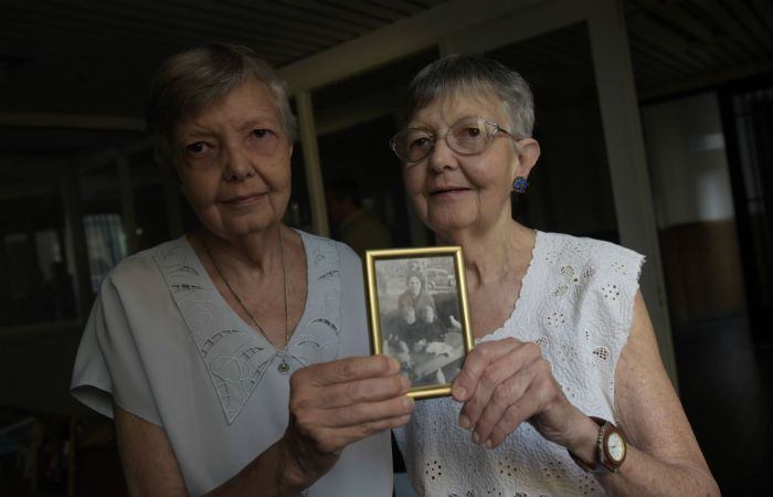 Unidas. Ana María y Susana en su casa de barrio Martin y mostrando una foto de cuando eran niñas.