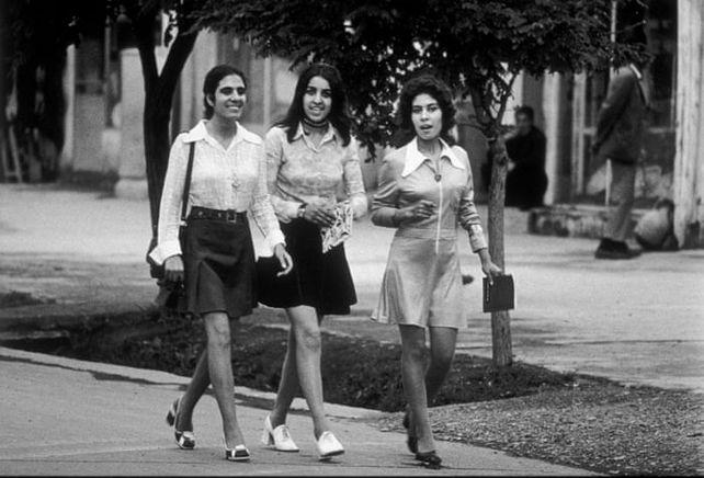 Otra imagen de un mundo perdido. Jóvenes afganas vestidas al estilo occidental, con minifaldas incluidas, pasean por Kabul en los años 60.