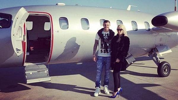 La pareja y una foto en lo que parece un avión privado.