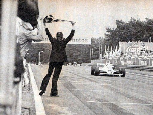 Faltan 16 vueltas y Reutemann recibe la bandera a cuadros. El director de la carrera la finalizó cuando empezó a llover. No quería correr más riesgos.