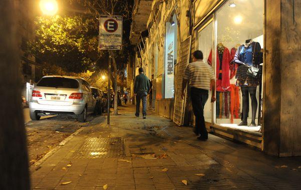 El profesional fue atacado en España y Córdoba mientras caminaba.