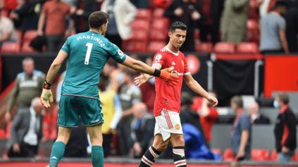 Bronca en el Manchester United: Dibu Martínez desafío a Cristiano a patear un penal y lo ignoró